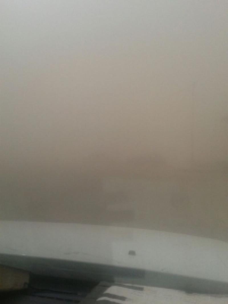 بالصور...الغبار الكثيف يؤي الي إغلاق الطريق الصحراوي