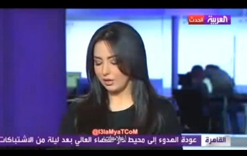 بالفيديو... قبلة ساخنة داخل غرفة إعداد قناة العربية تظهر على الهواء أثناء إذاعة النشرة