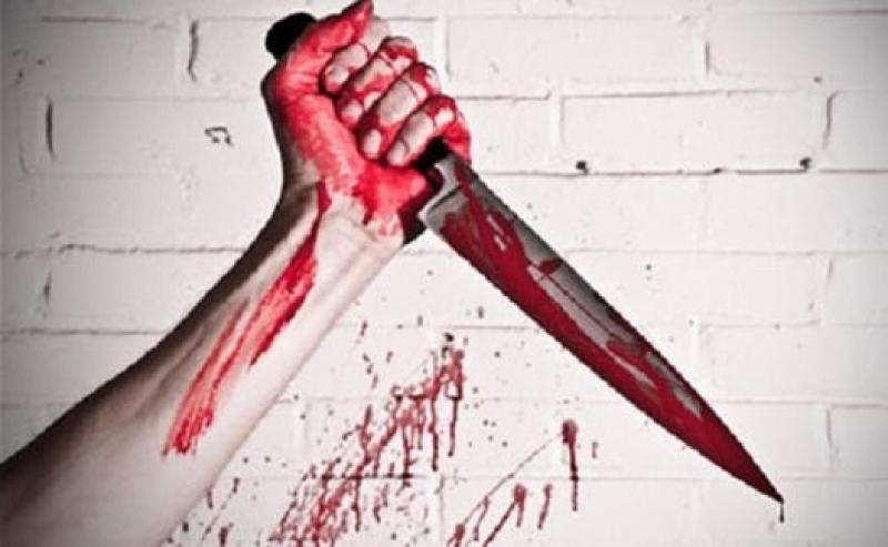 جريمة بشعة .. شاب يقتل رجلاً وزوجته ويحاول أكلهما في الشارع..!!