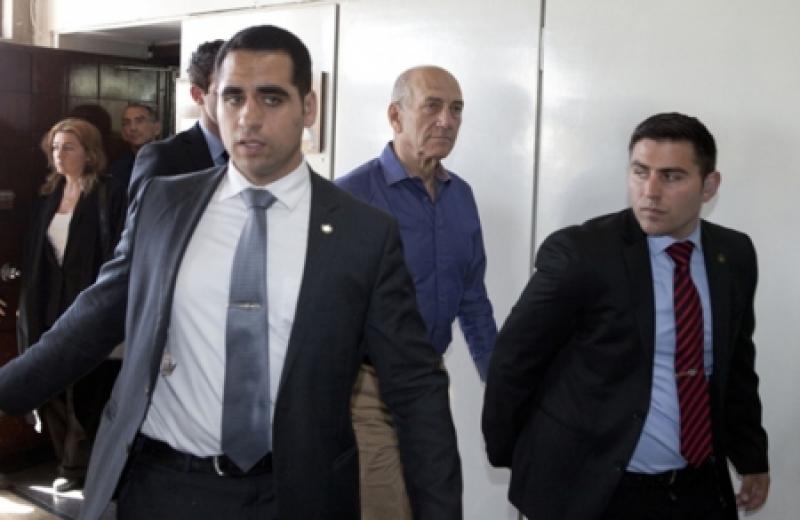 رئيس الوزراء الإسرائيلي إيهود أولمرت يدخل السجن لإدانته بالفساد