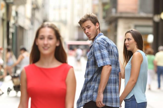 لماذا ينظر الرجال إلى نساء أخريات؟