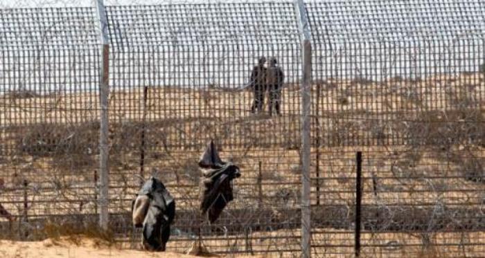 الاحتلال يعتقل فلسطينيين اجتازا السياج الفاصل وسط القطاع