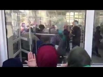 بالفيديو .. تزاحم وصراخ وحالات اغماء بين طالبات الجامعة الاردنية