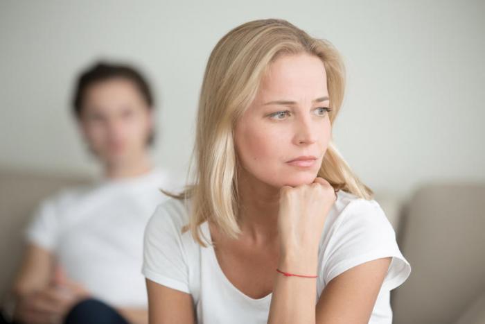 زوجي ضعيف الشخصية ولا يتحمل المسؤولية.. ماذا أفعل؟