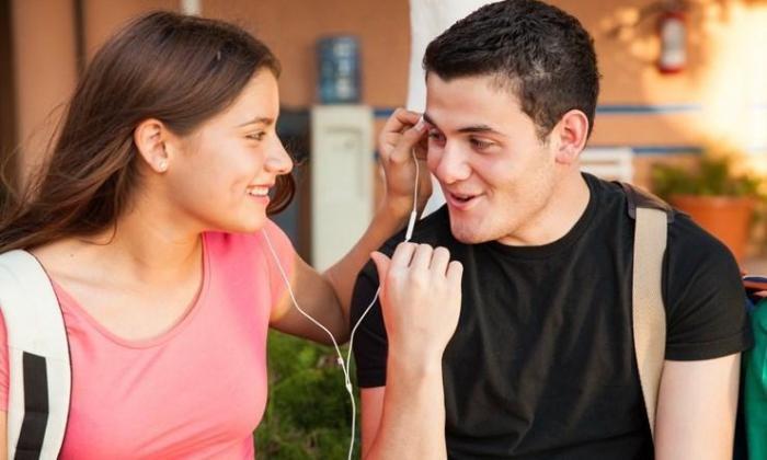 الموسيقى تجعل الرجال أكثر جاذبية جنسية في عيون النساء