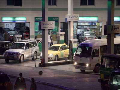 القبض على ثلاثة اشخاص قاموا بالسطو على احدى محطات الوقود