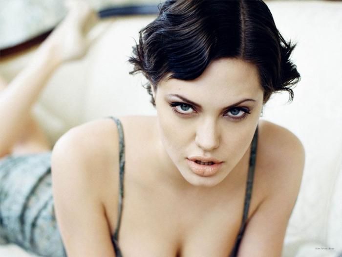 أنجلينا جولي روت متى وكيف فقدت عذريتها!