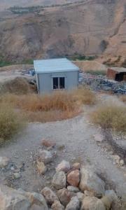 بالصور .. مسنان اردنيان يعيشان مع الوحوش !