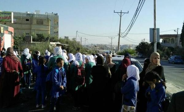 طالبات يعتصمن احتجاجا على سوء أوضاع مدرستهن