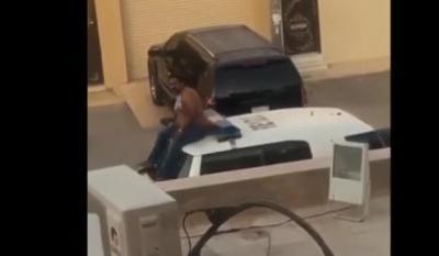 هندي يخطف سلاح شرطي سعودي ويطلق النار (فيديو)