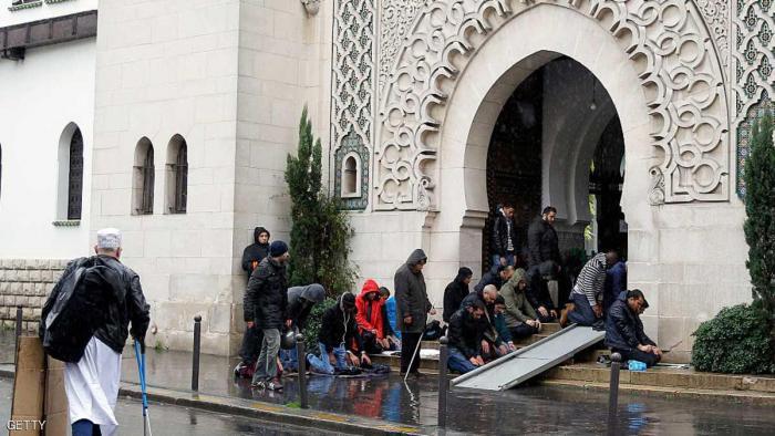 فرنسا تغلق مسجدا ومركزا لصلاة المسلمين
