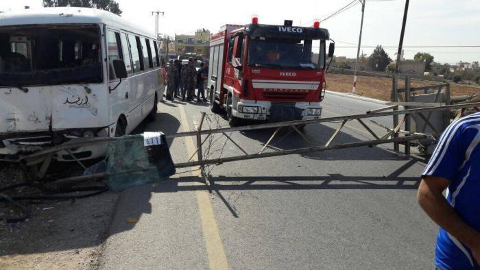 اربد: 17 اصابة بينهم سوريين بتدهور باص (صور)