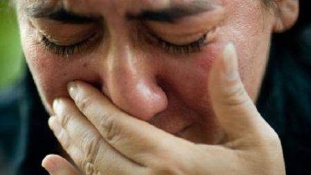 أردنية تبكي .. لم يكتفوا بما حصل مع والدي بل لحقوه لقبره