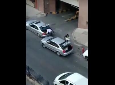 سيارة حكومية تتحول الى ناقلة خضار وفواكه في العاصمة عمان