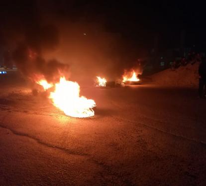 الرمثا...محتجون يغلقون الطريق الرئيسي بالإطارات المشتعلة