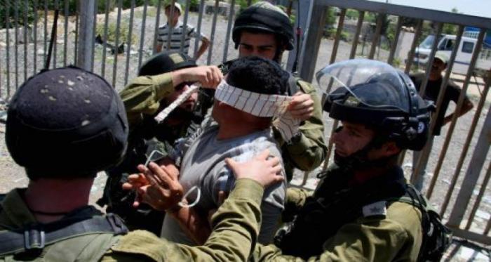 جنود الاحتلال يلتقطون صورا لهم أثناء تنكيلهم بأسيرين شقيقين