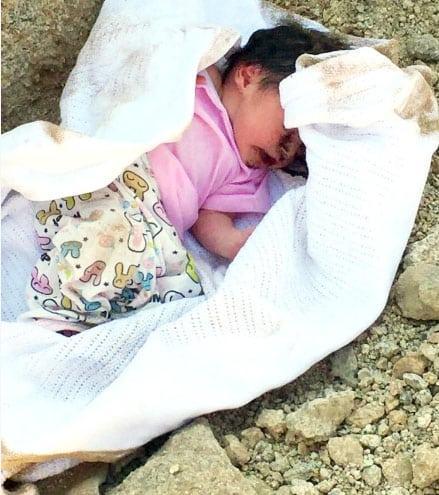 سُمع صوتها من حفرة مغطاة بالتراب.. العثور على رضيعة مدفونة حية.!