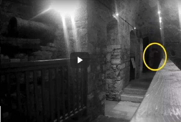 صائد أشباح يلتقط مشهد مخيف لشبح رجلٍ انتحر داخل سجن!