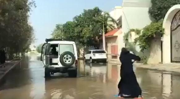 بالفيديو : فتاة سعودية تركب الأمواج في شوارع مدينة جدة