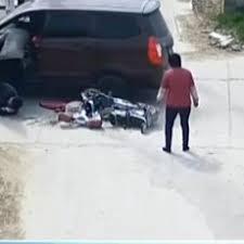 فيديو .. سائق مخمور يدهس فتاة تسير على الرصيف