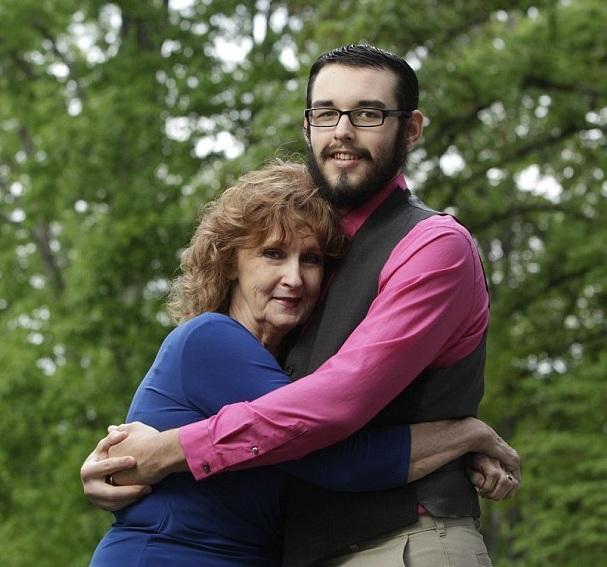 الحب المستحيل.. شاب يتزوج امرأة مسنة بعمر جدته
