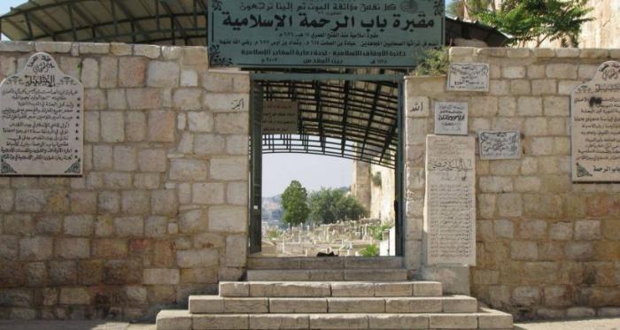 الاحتلال يقتحم مقبرة باب الرحمة بالقدس ويعيث فيها خراباً