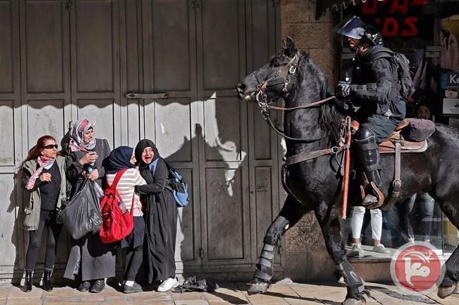 العدو يهاجم السيدات ويجبرهن على خلع حجابهم بالقوه بالقدس