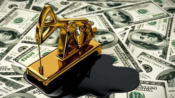 النفط يهبط من أعلى سعر في 3 سنوات