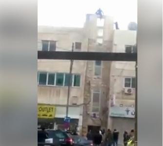 بالفيديو ....الأجهزة الأمنية تثني شابا عن الانتحار في منطقة العبدلي