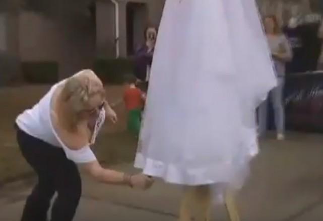 بالفيديو: امرأة تحتفل بطلاقها.. على طريقتها!