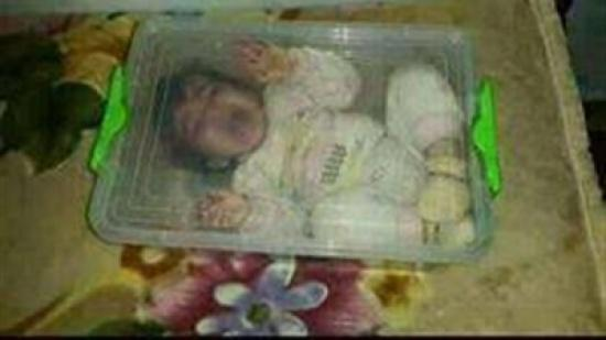 تعاقب ابنتها الرضيعة بالحبس في اللانش بوكس