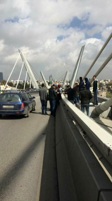 طلبة التوجيهي الدارسين بتركيا يهددون بالانتحار على جسر عبدون.. صور