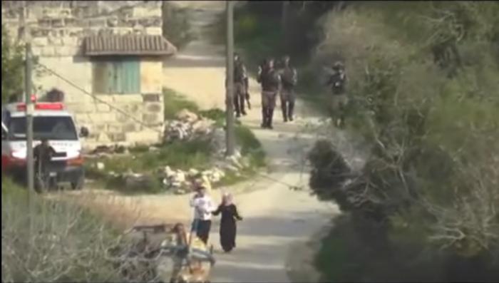 بالفيديو.. الاحتلال يلقي قنبلة تجاه زوجين فلسطينيين ورضيعهما
