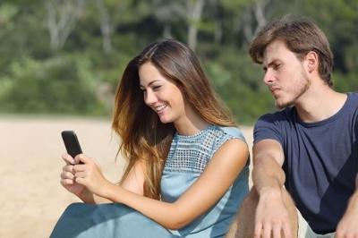 السجن عاماً والغرامة لجريمة تجسس الزوج أو الزوجة على هاتف الآخر