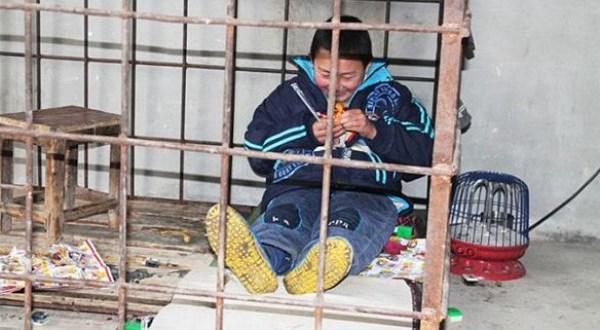 إحتجز ابنه في قفص خشبي لأكثر من عشرين عاماً !
