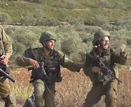 شاهد .. جنود الاحتلال يحتفلون بقنص فتى فلسطيني