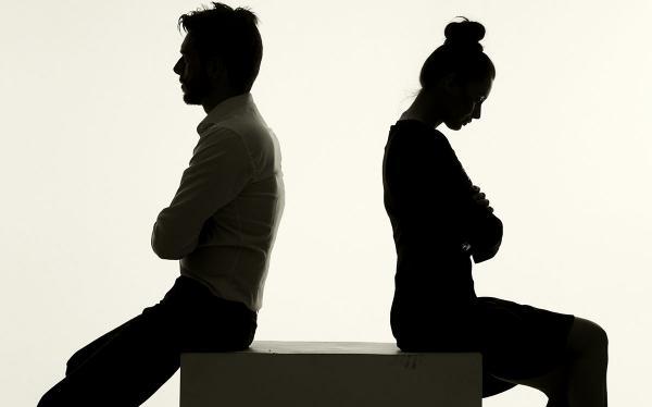 زوجي تغير بعد إجهاضي وأصبح يهددني بالزواج من أخرى