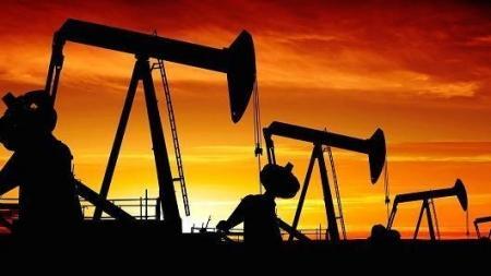 النفط يتراجع 1%