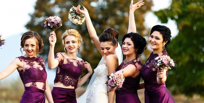 ما سر ارتداء وصيفات العروس لفساتين موحدة؟