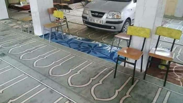 بالصور: جزائري يركن سيارته داخل مسجد