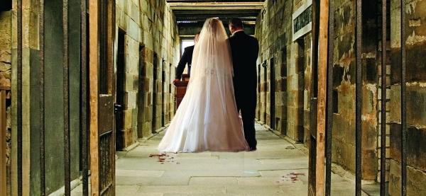 امرأة تبيت ليلة زفافها بالسجن .. الغيرة فاقت كل الحدود!