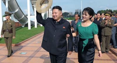 شاهد.. زعيم كوريا الشمالية يعتدى على مصور بسبب زوجته