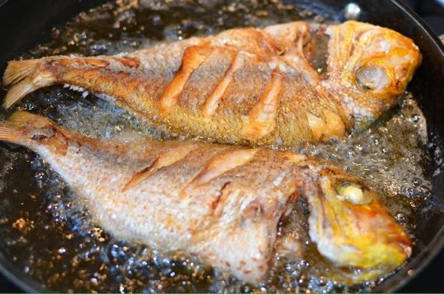 فيديو..  سمكة تعود للحياة بعد طهيها