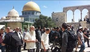 مستوطنون متطرفون يقتحمون ساحات الحرم القدسي الشريف