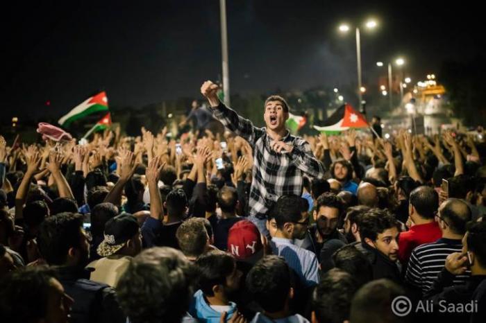 صحف عربية.. الاردنيون المحتجون يوزعون الحلويات تعبيرا عن الفرح