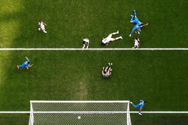 الوقت بدل الضائع يمنح البرازيل فوزها الأول