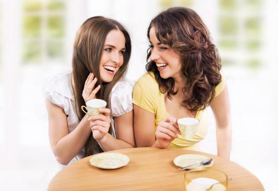 كيف تكتشفين أن صديقتك تعيش قصة حب؟