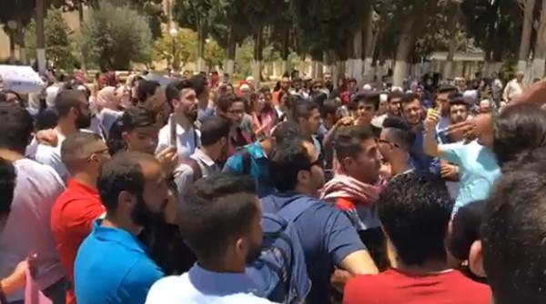 طلبة الاردنية يحتجون على نهج الجباية ويطالبون باسقاط حكومة الملقي
