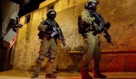 الخليل: قوات الاحتلال تفتش عددا من المنازل