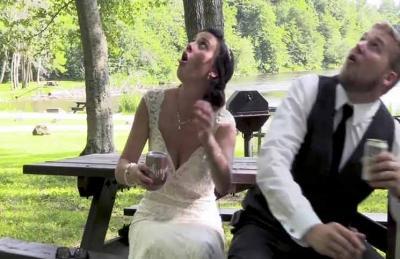 نجاة عروسين أمريكيين من جذع شجرة سقط خلال زفافهما- (فيديو)
